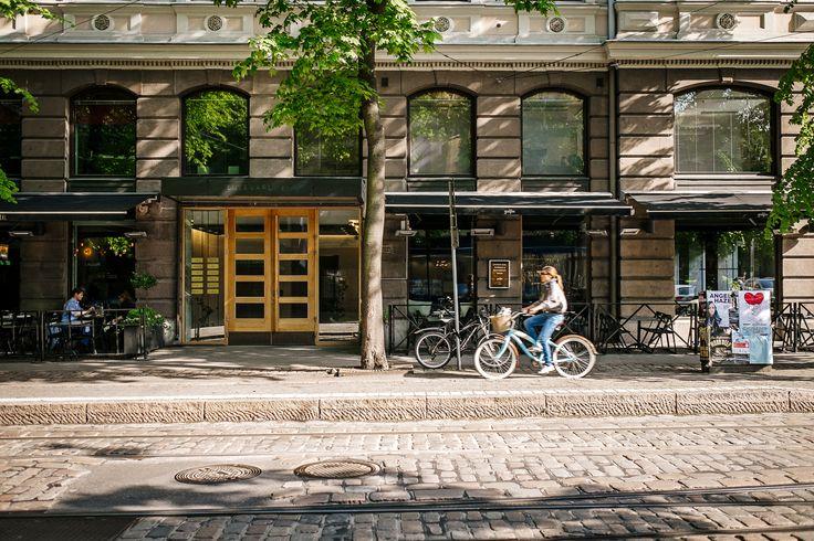 Keskustassa pyörä on usein kätevin tapa liikkua sutjakasti paikasta toiseen. / Biking is often the quickest and easiest way to get around downtown.
