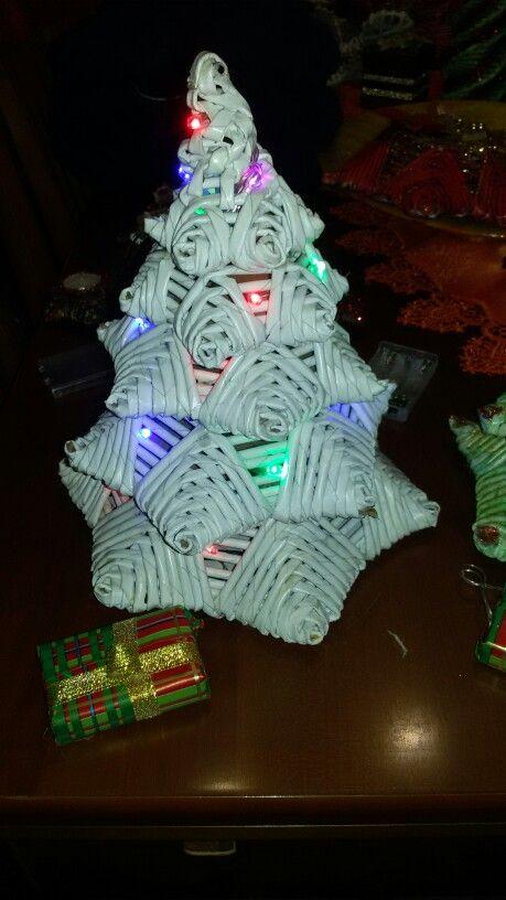 Alberello di Natale con luci realizzato con carta riciclata