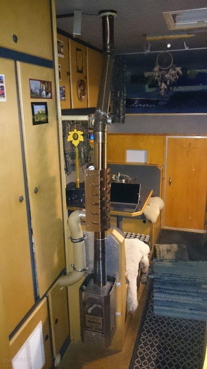 Holzofen im Wohnmobil mit Warmluft-Schlauch zur Truma Heizung. Der Holzofen sorgt nicht nur für wohlige Wärme, sondern auch für warmes Wasser im Wohnmobil. Mit der Wärme aus dem Wärmetauscher wird auch die Truma Heizung versorgt, welche die heiße Luft um ganzen Wohnmobil verteilt. So ist auch bei tiefen Temperaturen sicher gestellt, dass nicht im Wohnmobil einfrieren kann.