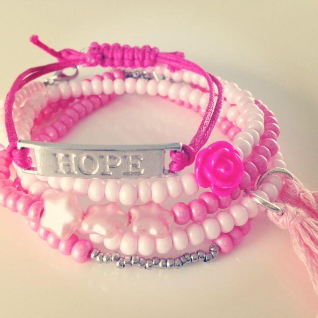 €10,95 Combinatie van 5 roze armbandjes.  3 armbandjes met sluiting.  1 armbandje elastiek.  1 armbandje koord.