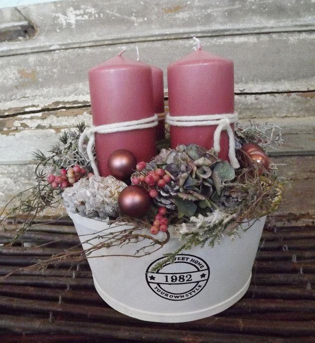 hier haben wir ein wunderbar gemütlich wirkendes Adventsgesteck in eine runde weiße Schale mit vier rosa Kerzen gesteckt... die Kerzen sitzen sicher auf Kerzentellern und können somit jederzeit...