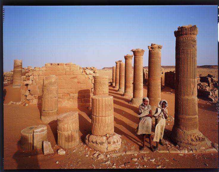 Jean-Michel VOGE - Soudan - pharaons noir jour 4 après 5 jours et 5 nuits (à la belle étoile ) passés dans le désert, en remontant vers le nord et la frontière égyptienne nous arrivons en fin de journée aux ruines de ce temple .Merveilleuse rencontre avec ces deux jeunes filles qui n'ont pour simple aire de jeux que ce lieu de mémoire de leurs ancêtres