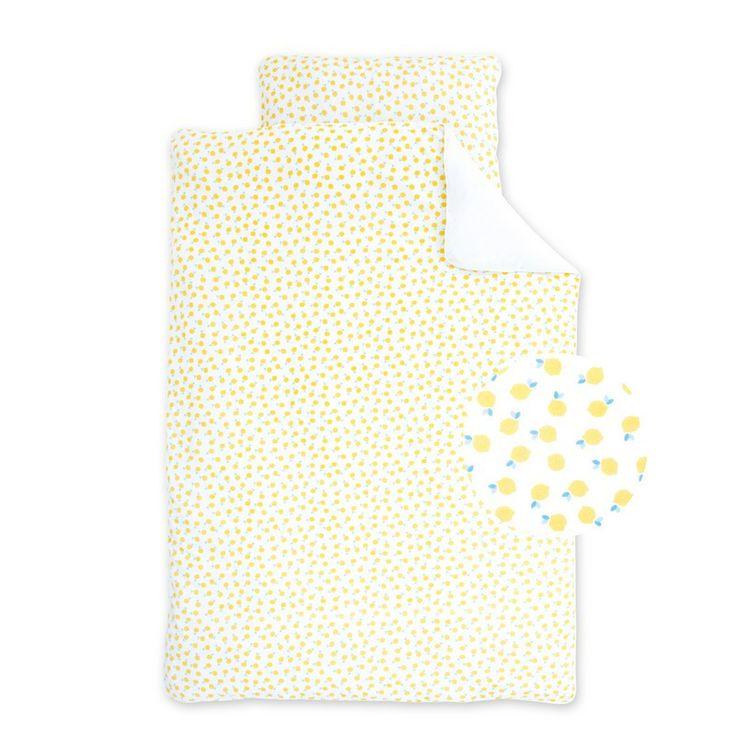 Wit met geel kleurige dekbed overtrek Fanta Lemon van het merk Bemini (vroeger Babyboum), deze dons overtrek is reversible en heeft een print van gele citroenen aan de ene zijde, de ander zijde is effen. De overtrek is zacht en comfortabel, zorgt voor de verfraaiing van de babykamer door ze een persoonlijke decoratieve toets te geven