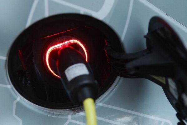Le stazioni di ricarica scoprono l'accumulo di energia integrato