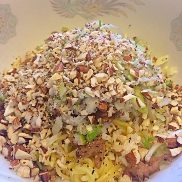 麺の下に山椒入り辣油がタップリ‼︎ 辛ーーーい‼︎ - 31件のもぐもぐ - ラ王の麺で汁なし担担麺 by matsuba