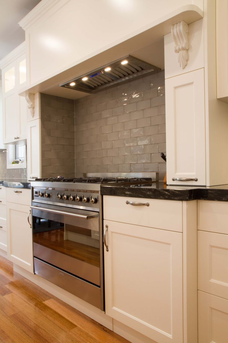 Traditional kitchen with hob over freestanding oven and cooktop. www.thekitchendesigncentre.com.au