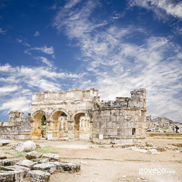 Pamukkale'deki Hierapolis Antik Kenti'nin eşsiz manzarasıyla günaydın diyoruz bugün de!  MÖ 2. yüzyıl başlarında kurulduğu ve Bergama'nın efsanevi kurucusu Telephos'un karısı Amazonlar kraliçesi Hiera'dan dolayı, Hierapolis adını aldığı bilinen bu kent kesinlikle gidilip görülesi :) govego.com/denizli-ucak-bileti govego.com/denizli-otobus-bileti  #sabah #morning #doğa #naturel #yeşil #green #life #lifeisgood #seyahatetmek #seyahat #yolculuk #gezi #view #manzara #gününkaresi #huzur #an #turke