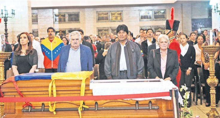 Fotografía que muestra a los mandatarios Cristina Fernández, José Mujica y Evo Morales durante el velatorio de Hugo Chávez en la Academia Militar. Apareció en la portada de la versión impresa del 7 de marzo de 2013.