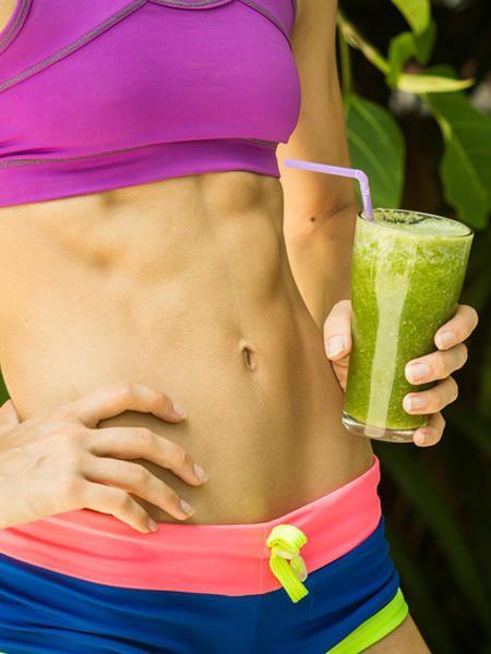 Die Basis vieler Abnehmdrinks: Protein. Die eiweißhaltigen Getränke sorgen für einen flachen und muskulösen Bauch.