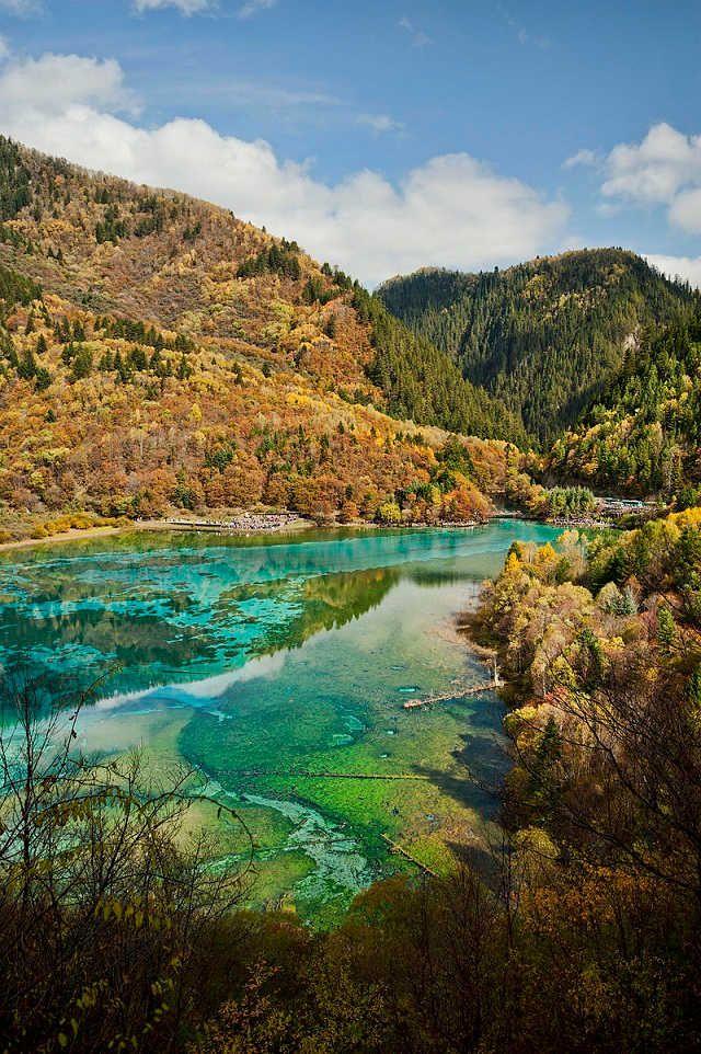 Tak ako aj na Slovensku máme krásne národné parky ako napr. Tatranský národný park, tak sa nachádzajú krásne národné parky aj vo svete. V Amerike je to napríklad Yellowstone alebo Šumava u našich západných susedov z Českej republiky. Jiuzhai Valley je národný park, ktorý sa nachádza v Číne a svojou rozmanitosťou je absolútne veľkolepý! Vodopády
