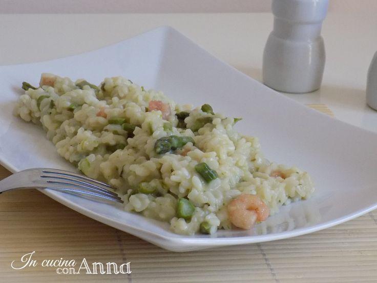 Oggi vi propongo un primo piatto saporitissimo,il risotto agli asparagi e gamberetti,un piatto semplice da preparare ma ricco di gusto e sapore...