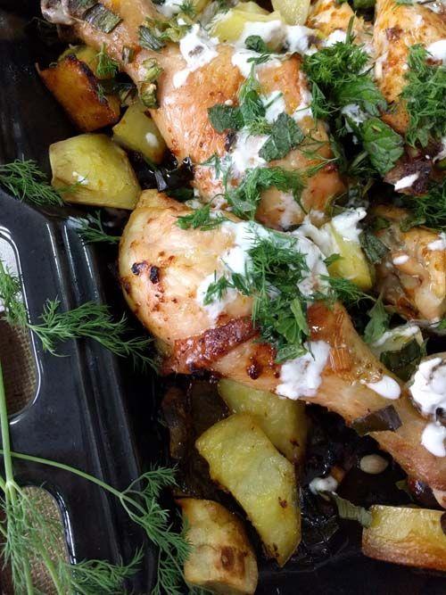pollo al horno con harissa, papas, puerros y yogur. Una receta práctica, rápida, sencilla y llena de sabor! Genial receta de Melissa Clark