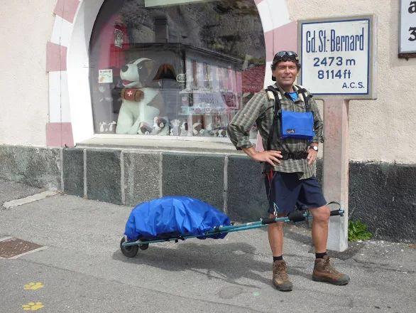 Photo: Août 2011 Passage des Alpes au Col du Grand St.Bernard par le sentier. Avec la tente de camping , réchaud etc 18kg.  Via Francigéna 2013:  http://www.youtube.com/watch?v=FyYEWIi1Z7c