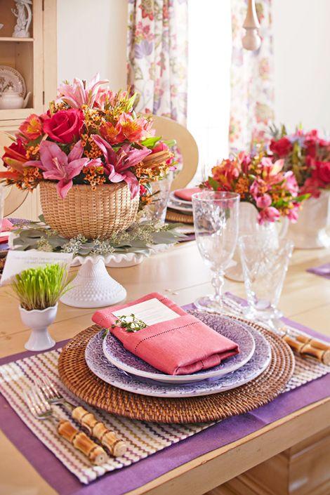 Mêler vanneries et fleurs pour un repas aux notes champêtres.
