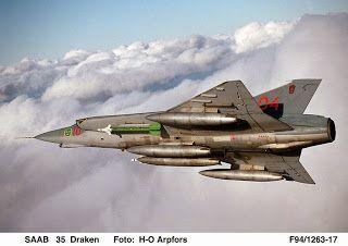 Aviones Caza y de Ataque: SAAB 35 DRAKEN              Cañones: 1× M-55 ADEN de calibre 30 mm con 100 proyectiles (2 cañones con 90 proyectiles cada uno en los primeros modelos). Puntos de anclaje: Varios soportes subalares y 2 pilones ventrales con una capacidad de 2.900 kg, para cargar una combinación de: Bombas: Bombas de 55, 220, 500, y 1.000 libras de peso. Cohetes: 2× contenedores de cohetes aire-aire de 75 mm en los pilones ventrales o 12× cohetes de 135 mm en 6 soportes subaleres…
