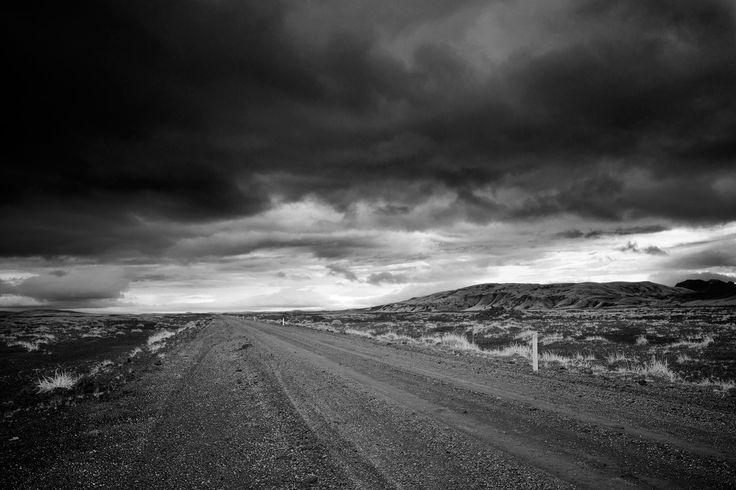Road 26 Road 26 est une piste de sable noir droite traversant les plaines désertiques. #islande #black #white #Iceland