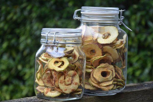 U droogt appels altijd op 57 graden. U kunt zowel in schijfjes als in partjes drogen.Drogen in partjes zal een langere droogtijd nodig hebben omdat partjes nu eenmaal dikker zijn dan schijfjes.Deze appels zijn gedroogd in de Sedona voedseldroger.U kunt met 2,5 kilo appels (15 stuks) 7 lades van d