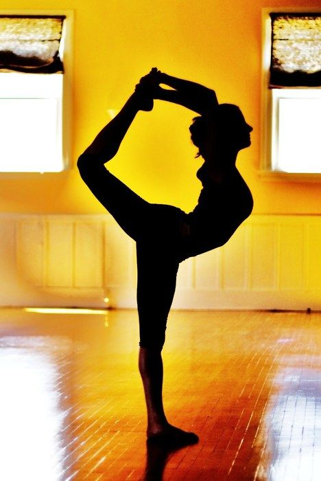 Yoga, natarajasana (dancer pose).