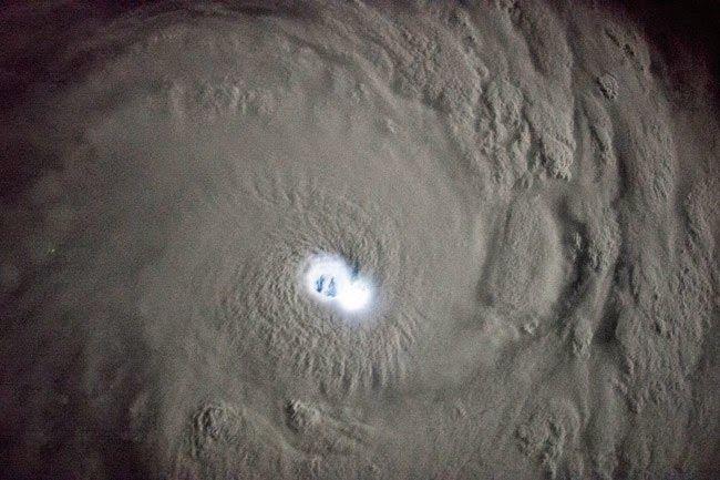 Astronomia, Fisica y Misiones Espaciales: El ojo de un ciclón tropical iluminado por relámpagos