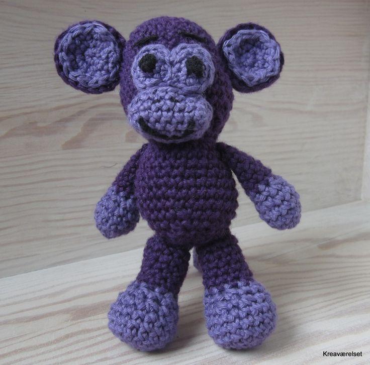 Sød lille hæklet abe på 14cm. Kan købes for 100kr på Kreaværlse.