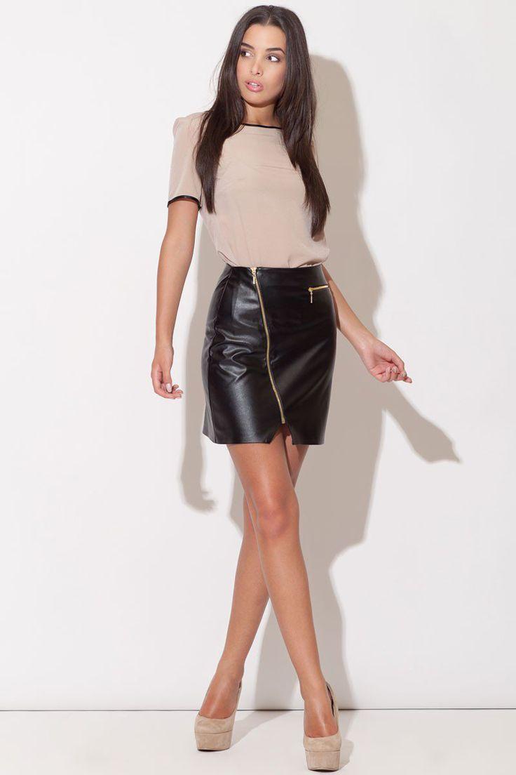 Tout le caractère de cette jupe courte et taille haute s'exprime à travers l'originalité de sa coupe originale, un brin sexy.