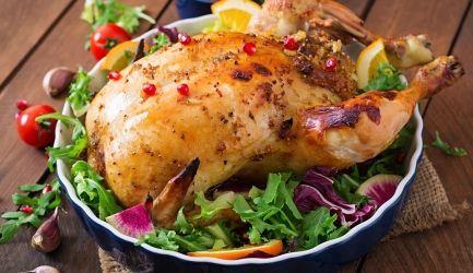 Gevulde-kip INGREDIENTEN 6 personen  2 el olijfolie. 1 gesnipperde grote ui. 2 koppen (200 g) champignons, fijngesneden. 1/3 kop zongedroogde tomaten. 1/3 kop rijst. 1 el tomatenpuree. 1 kop kippenbouillon. 1/2 kop appel, geschild en grofgeraspt. kip van 1,4 kg. zout en versgemalen zwarte peper, naar smaak. 2 el gesmolten boter. KRUIDENBOTER: 100 g zachte boter. 2 tl tomatenpuree. 2 tl gedroogde Italiaanse kruiden. 1/2 tl gekneusde zwarte peperkorrels.