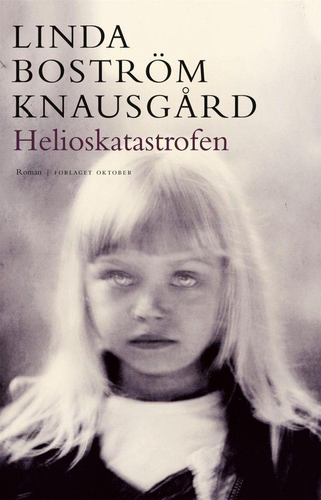 Om boka: Helioskatastrofen er en moderne Athene-myte. Vanskelige psykiske tilstander er skrevet om på en konkret og sanselig måte.Anna er 12 år når hun blir født av en far. Hun blir plassert i et fosterhjem. Alt i livet hennes er både kjent og underlig.