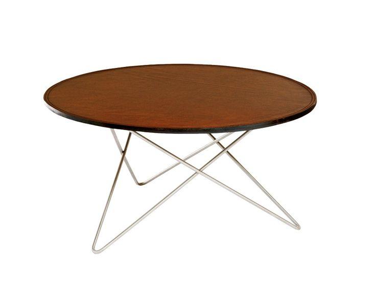 Soffbord O Table är formgivet av Dennis Marquart för OX denmarq. Bordsskiva av läder och underrede av mässing, rostfritt stål alternativt pulverlackerat rostfritt stål. Finns även i en mindre storlek, Ø:60 cm, Mini O Table. Välj mellan olika utföranden på lädret.