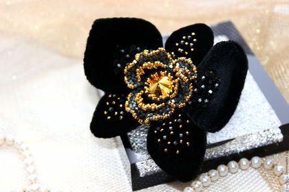 Купить или заказать Брошь 'Черная орхидея' в интернет-магазине на Ярмарке Мастеров. Брошь 'Черная орхидея' изысканное и уникальное украшение для вашего образа! Строгая и таинственная, сияющая и трепетная! Вышита на шелковом бархате золотым и сияющим сатиновым, японским бисером, прекрасными мельчайшими пайетками и с искрящимся в центре волнистых лепестков кристаллом сваровски. Лепестки гибкие, хорошо держат форму. Брошь легкая.