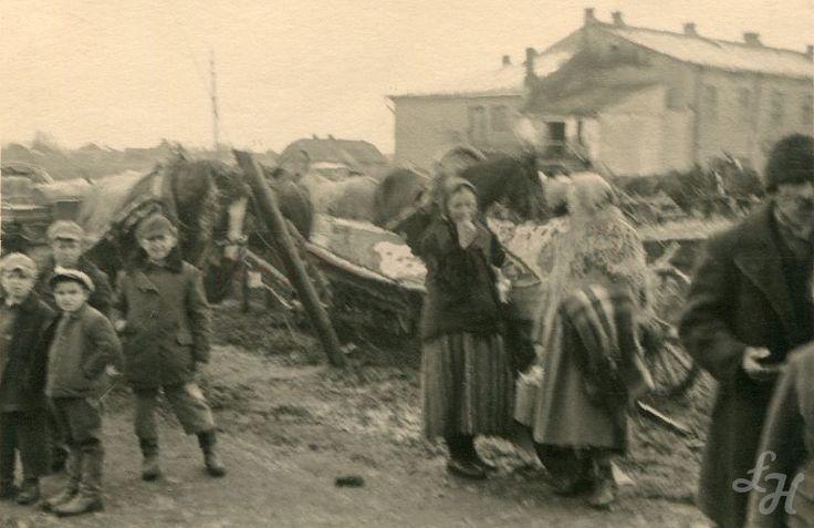 """Dzień Targowy w Łukowie - Maj 1941 r. W tle budynek Kina, ówcześnie noszącego nazwę """"Corso""""."""