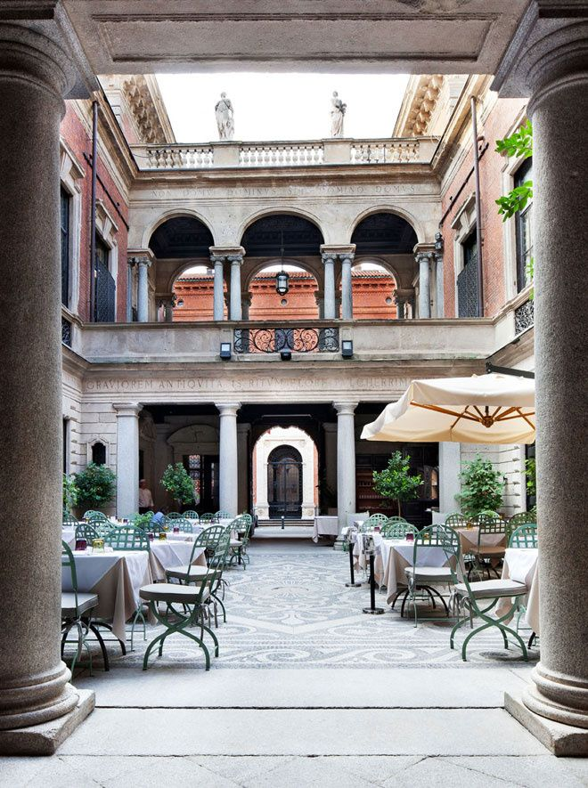 Il Salumaio di Montenapoleone déjeuner Milan cour restaurant http://www.vogue.fr/voyages/adresses/diaporama/fwpe16-guide-des-meilleures-adresses-milan-htels-restaurants-bar/22701#fwpe16-guide-des-meilleures-adresses-milan-htels-restaurants-bar-7