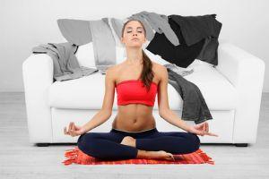 Zacvičte si před telkou – nejlepší cviky na gauči