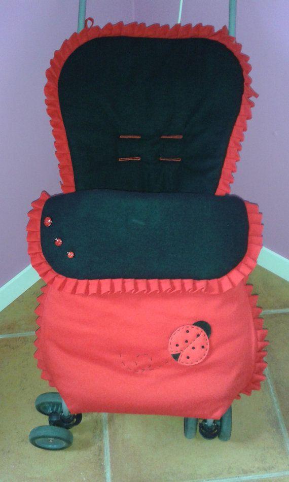 Sencillo #saco para #silla de paseo #Maclaren  Ideal para el invierno porque en su interior está forrado con tela de felpa de algodón. Con 2 cremalleras laterales para facilitar su apertura y la comodidad del bebé.  Cuenta con 3 botones de las dulces mariquitas a modo de adorno, imagen de Creatés. Hecho totalmente a mano y a medida para la silla de paseo Maclaren, y #personalizable con el nombre de tu bebé.