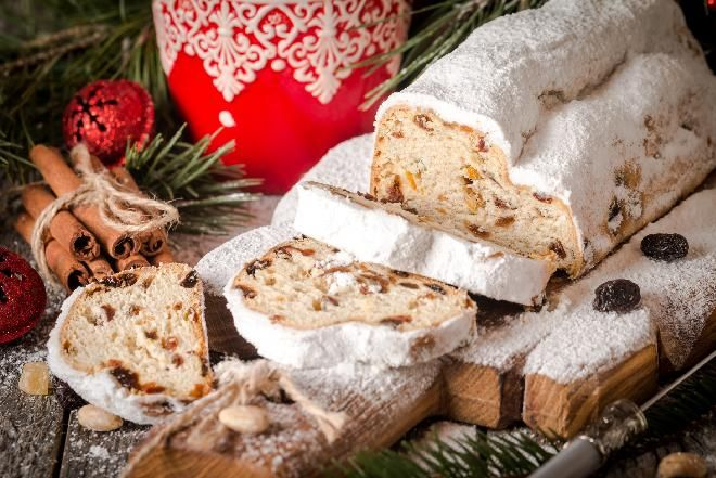 Stollento pełna bakalii i orzechów niemiecka strucla drożdżowa pieczona specjalnie z okazji Bożego Narodzenia. Tradycja wypieku stollen narodziła się w Dre...