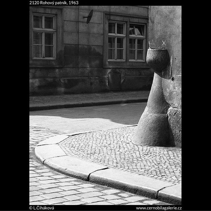 Rohový patník (2120) • Praha, 1963 • | černobílá fotografie, patník na rohu Husovy ulice, dlažba, okna světlo a stín |•|black and white photograph, Prague|