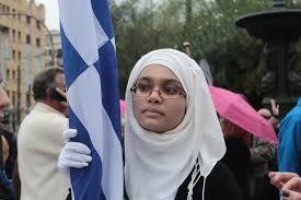 Η μικρή αριστούχος μαθήτρια ξεχώρισε ενδυματολογικά από τις συμμαθήτριές της.   Παρήλασε περήφανα κρατώντας την ελληνική σημαία. Το μικρό κορίτσι κατάφερε να ξεχωρίσει