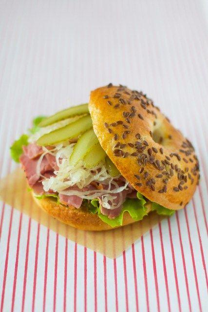 Un sandwich divin composé de pastrami,choucroute crue,moutarde et cornichons !