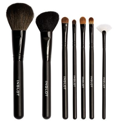 Inglot Cosmetics Makeup Brush Set 14 This 14 piece makeup brush set from Inglot contains all the necessary brushes in a mixture of natural and synthetic fibers. There's a brush for every desire, perfect for every occasion!