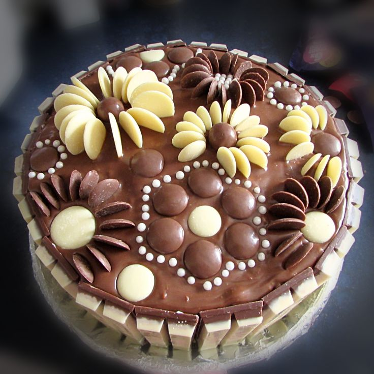 Cake Decorating With Chocolate Buttons : 17 Best ideas about Chocolate Buttons on Pinterest ...