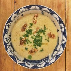 Knolselderij-pastinaak soep met verse tijm en walnoten