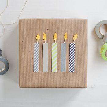 お手軽DIYには欠かせないマスキングテープでデコレーションします。 【材料】 ・好きな柄のマスキングテープ (1種類でも良いですが、無地と柄で何種類か使用すると更にお洒落になります。) ・紐 ・画用紙(ろうそくの本体部分です。テープでかくれます。) ・黄色の色画用紙(ろうそくの火の部分です。) ・はさみ ・のり