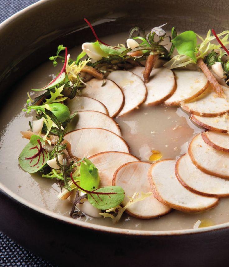 Bereiden: Maak de carpaccio: Snijd de hoedjes van de champignons in zeer fijne schijfes. Bestrijk ze met olijfolie en xeresazijn. Kruid ze goed met peper en zout. Maak de velout
