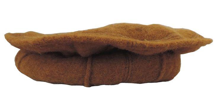 Afgańska czapka pakol wykonana z wielbłądziej wełny. Pakol to miękki okrągły beret noszony w Afganistanie. Przy zakładaniu należy wywijać boki czapki, tak by powstał rulonik.