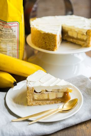 Баноффи — английский десерт Однажды меня угостили десертом, который невозможно было раскусить. Назывался он баноффи, и я сразу понял, что не люблю его, кто будет рад грызть нечто с коэффициентом твёрдости выше сухариков по ГОСТу из соседней булочной. Так этот десерт и исчез из моего поля зрения. Потом я видел рецепт в книге Джейми Оливера...