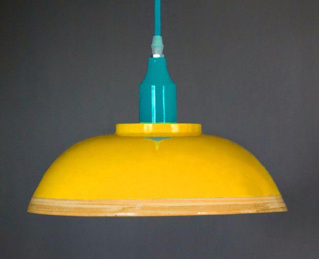 Auswahlmöglichkeit:   Eine tolle Hängeleuchte aus lackiertem Holz. Inklusive warm-weißer LED.  Der Korpus ist zum größten Teil kraftig warm-gelb lackiert. Innen ist er, wie der äußere, untere...