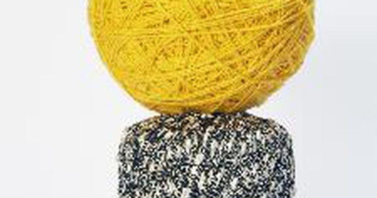 Acerca de ropa irlandesa. La ropa tradicional irlandesa es plisada y hecha de lana. Las ovejas en Irlanda son de color más oscuro, lo que hace que los tejidos sean más oscuros. La ropa irlandesa se vio influenciada por la cultura de inglesa ya en el siglo 15. Un nudo intrincado celta irlandés comúnmente adorna la ropa. Los colores brillantes, como el amarillo, naranja, ...