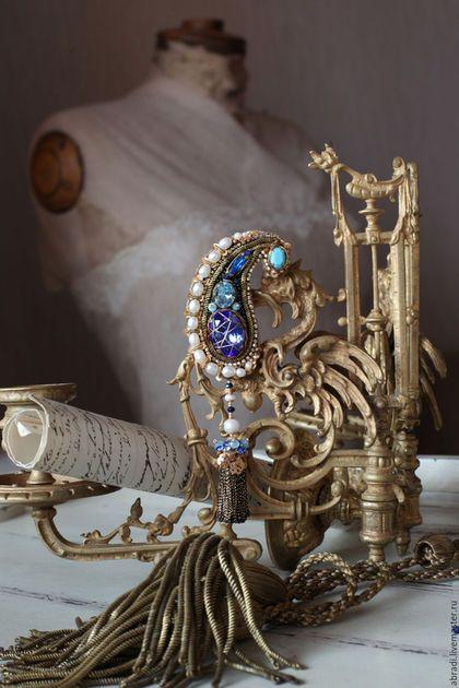 Купить или заказать Брошь-кулон 'Ночь на востоке'. в интернет-магазине на Ярмарке Мастеров. Синие оттенки ночи... Небольшая брошь, вышита на натуральном шёлке. Использованы - кристаллы Сваровски ( современные и винтажные), натуральный жемчуг,пайетки,бусины, винтажные нити, бисер. Обратная сторона - бархат шелковый. ВНИМАНИЕ! Можно носить как кулон! Прилагается шелковая лента.