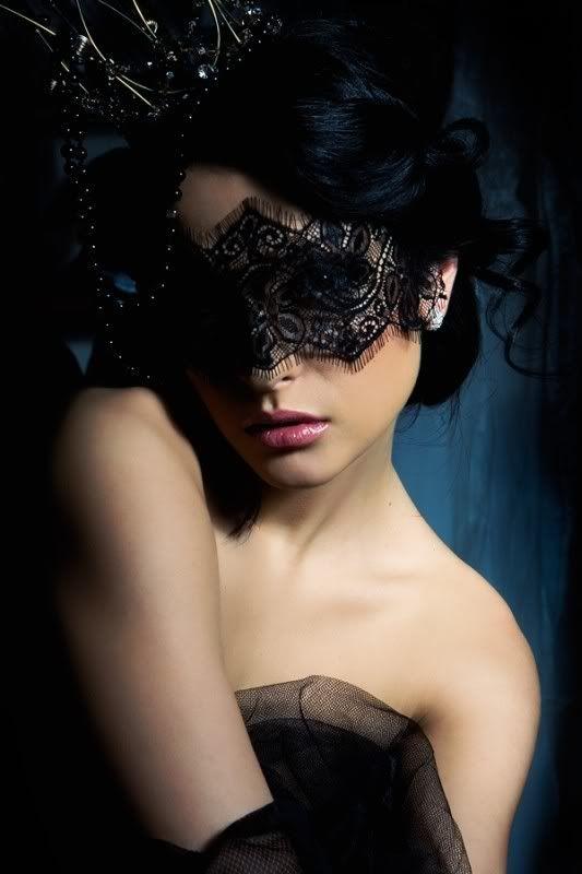Фото девушки брюнетки в маске — 10