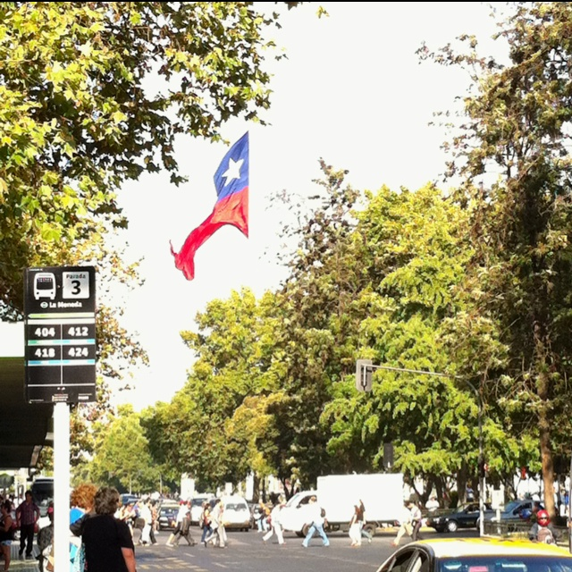 Foto tomada en el mes de enero del 2012, en el frontis de la torre entel, hacia la bandera gigante ubicada en el palacio la moneda