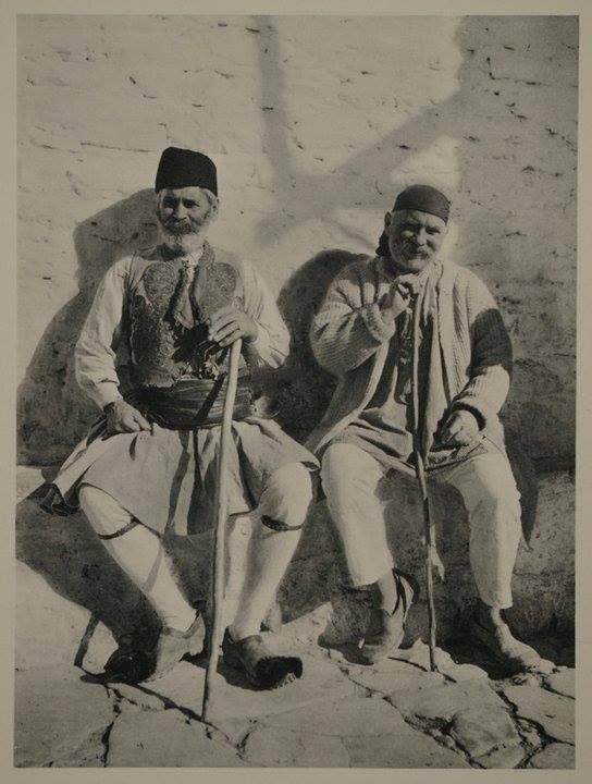Χωρικοί από τη Πελοπόννησο, 1929. Συλλογή Πελοποννησιακού Λαογραφικού Ιδρύματος, Ναύπλιο Peasants from Peloponnese, 1929. Collection Peloponnesian Folklore Foundation, Nafplion